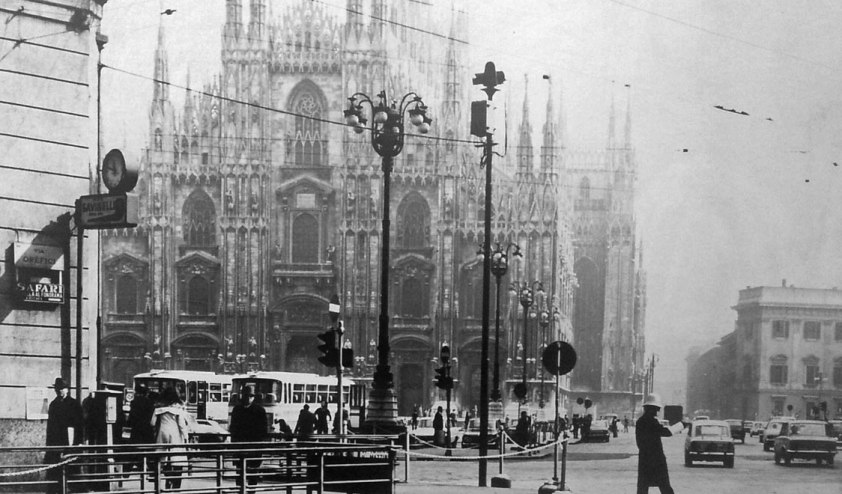 vintage-photos-of-milan-italy-duomo-cathedral-traffic-gal-11